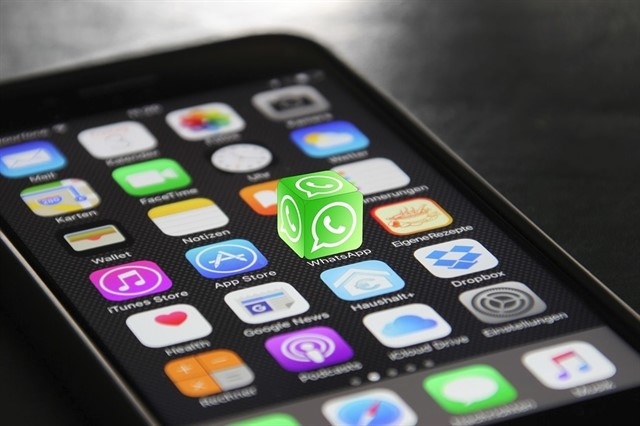 WhatsApp permitirá compartir los 'Estados' que suban los usuarios como 'Historias' en Facebook.